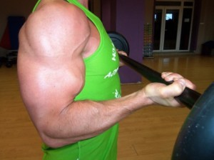 A súlyzózás, bár gyors és látványos eredményt hoz, hosszútávon káros az ízületekre.