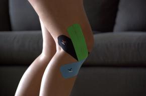 A térdkalács helyzete tape segítségével is korrigálható.